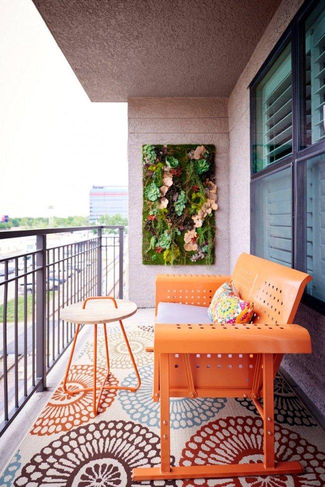 В качестве внутренней отделки балкона можно использовать и декоративную штукатурку