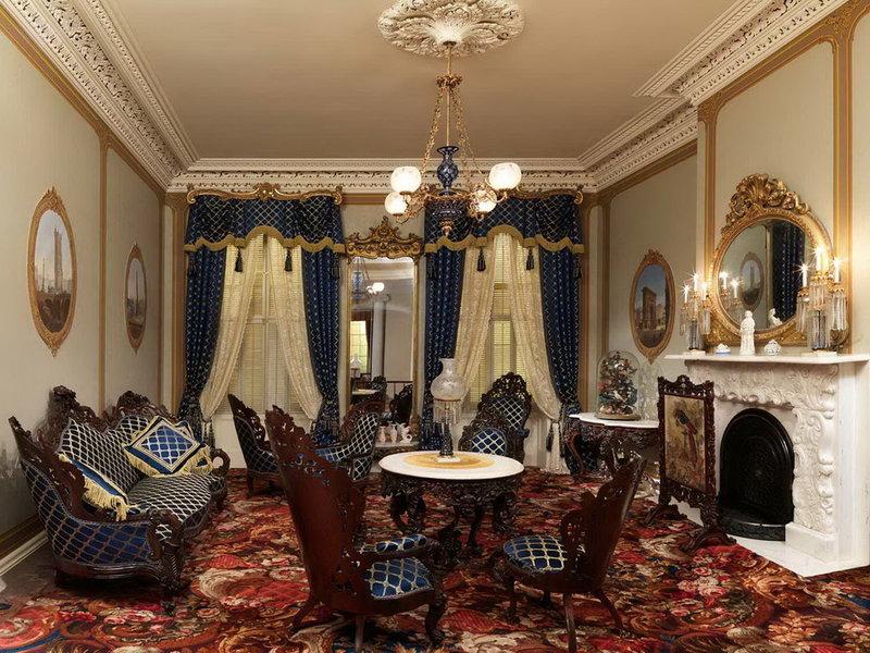Пестрый ковер во всю комнату в роскошном и богатом дизайне комнаты