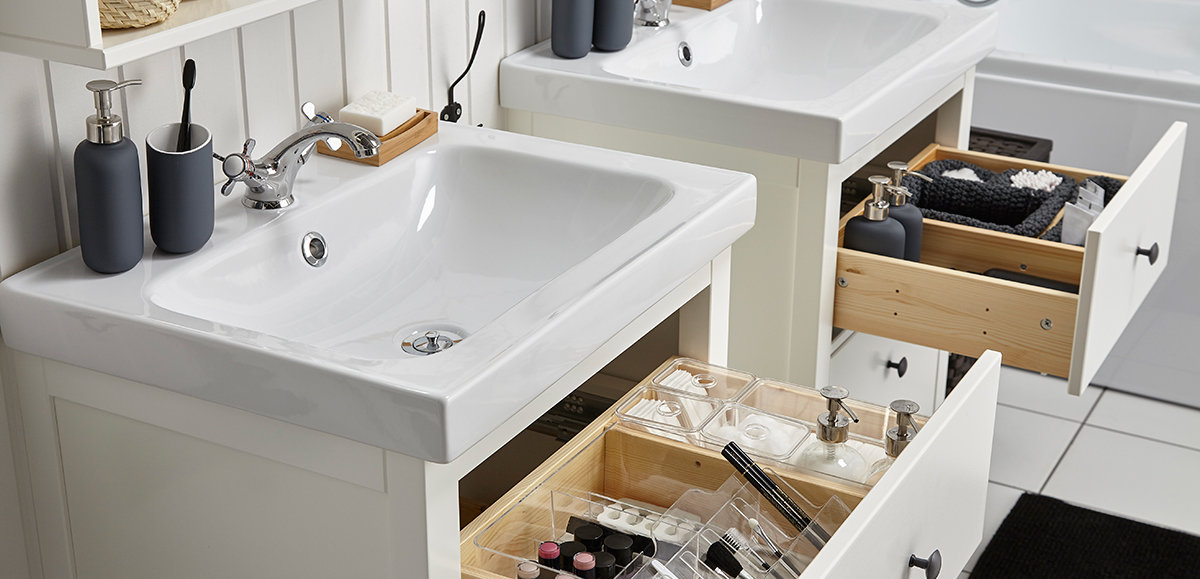 современная ванная комната от икеа мебель шкафы полки сантехника