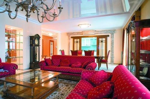 С помощью такого стильного ковра можно до неузнаваемости преобразить гостиную.