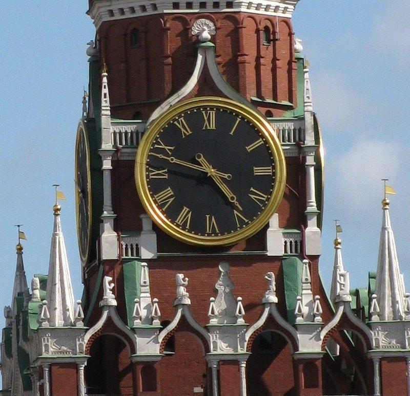 Ежегодно на фоне спасской башни президент россии выступает с поздравительной речью, а звон колоколов объявляет о наступлении нового года [2].