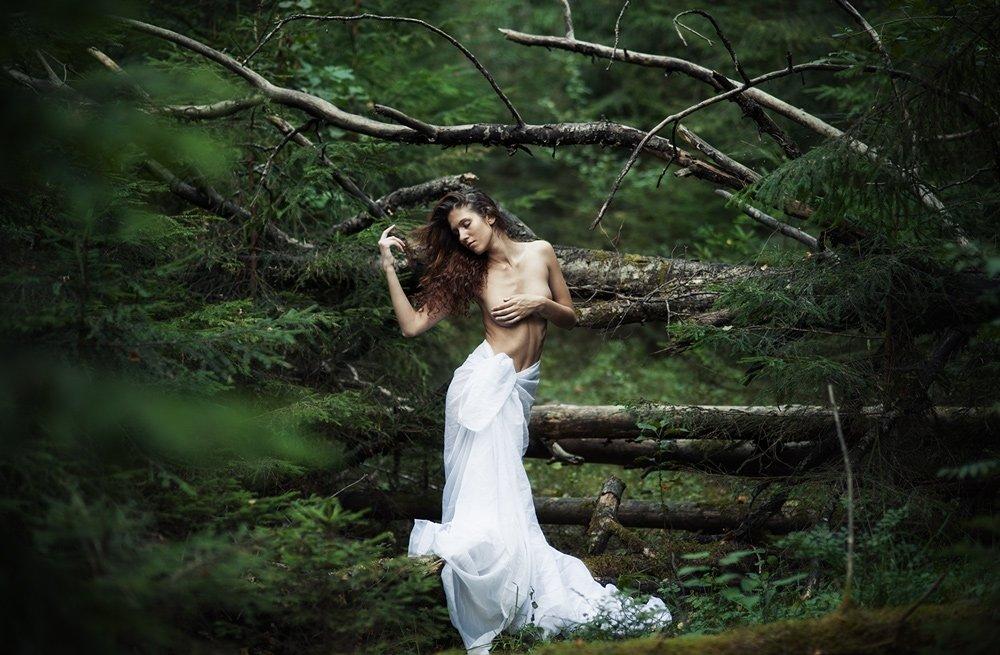 Эротическая фотосессия в лесу