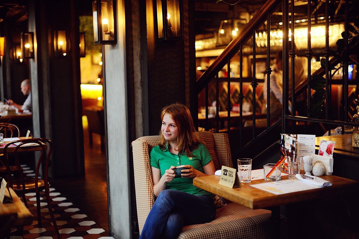 позы для фотографий в ресторане по-прежнему