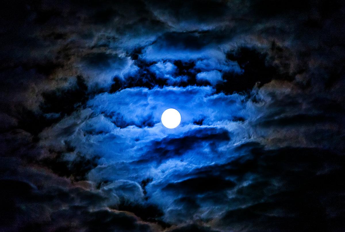 лице можно картинки луна в облаках самые