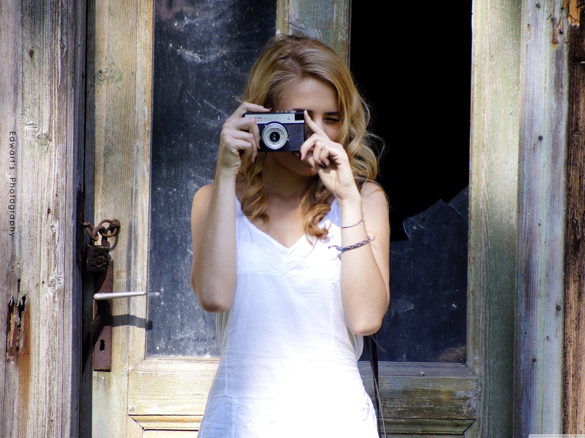 Блондинка с фотоаппаратом картинка