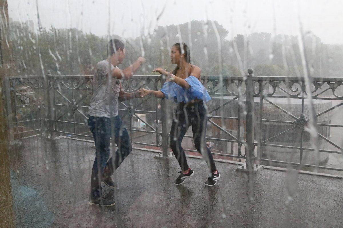 Картинки с девушками под дождем