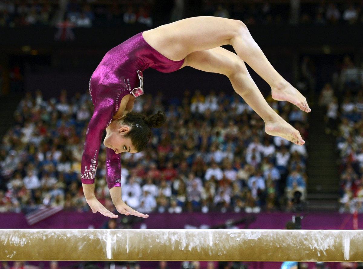 любима гимнастки спорт фото через отверстие