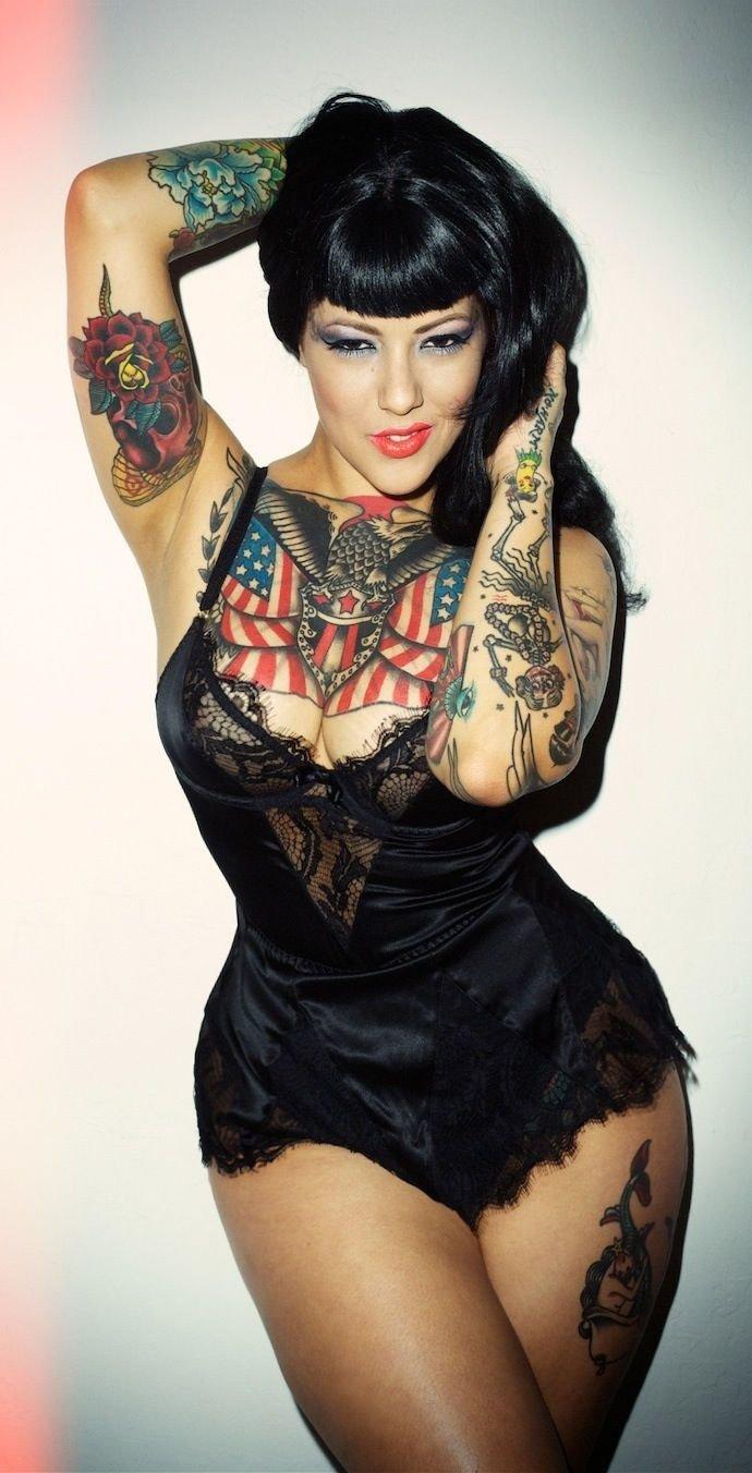 Татуированная Милашка Полностью Обслужила Парня
