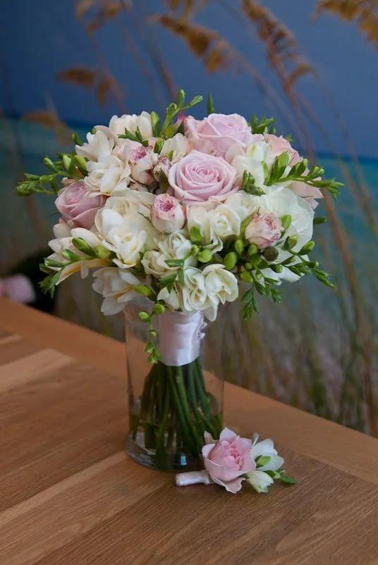 Лучшие свадебный букет с роз и фрезии