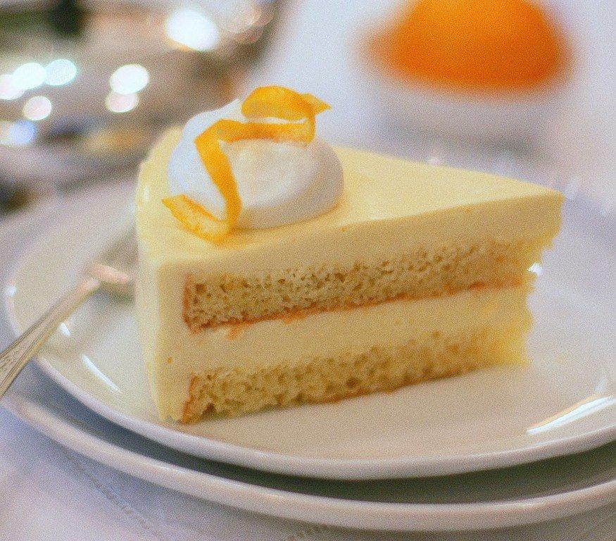 Бсквит классический: состав форма диаметром 20 см яйца - 4 шт, мука - г, сахар - г, ванильный сахар - 15 г (1 чайная ложка),пищевая краска красная.