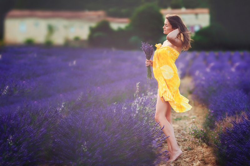 Девушка стоит на поле в желтом