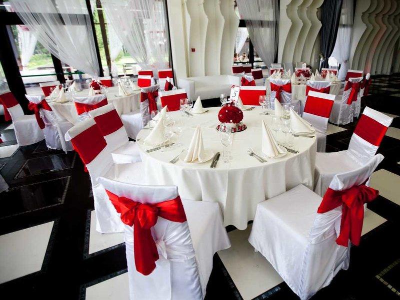 Использовать ткань для декора свадьбы можно в украшении:  – потолка, для этого, например, можно от центра зала пустить несколько полос к стенам, чтобы под потолком образовался своеобразный купол