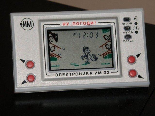 """Не успел купить самый """"навороченный"""" смартфон, а через каких-то полгода или еще раньше выходит его новая версия! И так со всей электроникой, окружающей нас сегодня, в 21 веке. А ведь были времена, когда каждый девайс был чем-то большим, чем просто очередной аппарат на полгода-год. С теплом вспоминаем каждый гаджет, ставший частью нашей жизни! Луноход «Электроника ИМ-11» У кого была эта «умная» игрушка, тот, конечно же, помнит невероятно громкий и грубоватый звук, который он издавал, когда программируешь его, нажимая на сенсорные кнопки. «Луноход» выпускали на заводе в Солнечногорске для «развития у детей 6—12 лет интереса к техническому творчеству, навыков программирования, расширения их кругозора». В итоге, особо пытливые из нас, конечно же, разбирали игрушку до винтика, получая от мамы нагоняй: «Ничего не бережешь!» Игра """"Ну погоди"""" Да, электронная игра «Ну, погоди!» волновала немало детских и взрослых сердец. Волк из одноименного мультфильма ловит в корзину яйца — знай успевай"""