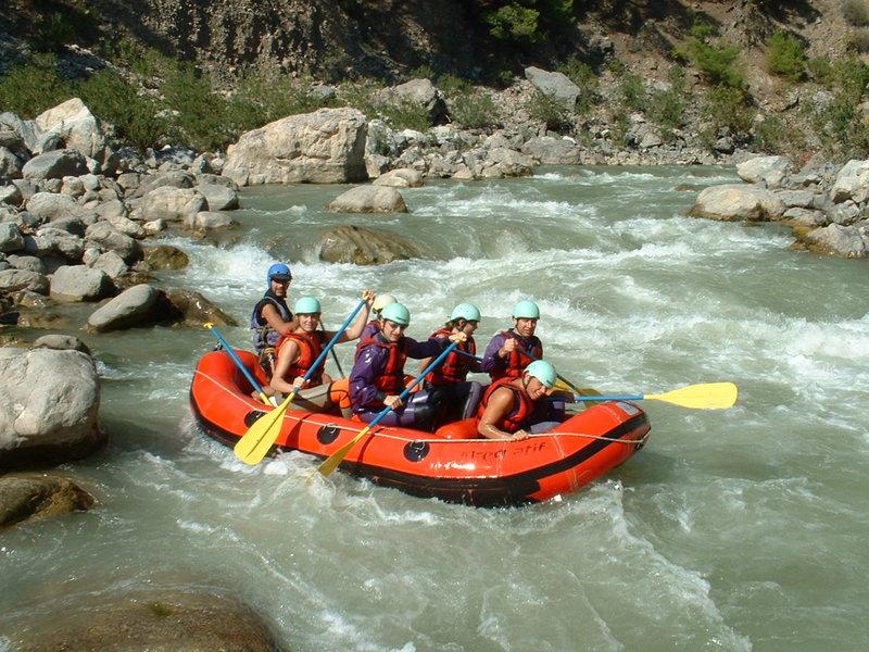 Гималайские реки издавна славятся своей скоростью течения, крутизной и большим количеством порогов. Поэтому в этих странах популярен рафтинг (вид экстремального спорта, когда группа людей на надувной лодке (рафте), байдарке или плоту спускается по горной реке с множественными порогами). Именно рафтинг удовлетворит вашу потребность в очередной порции адреналина, подарит бешеное наслаждение и увлекательные приключения на воде.