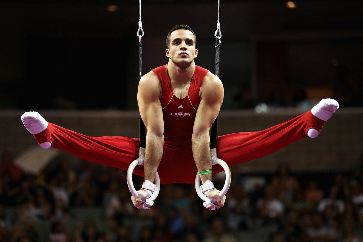 фото атлетичных гимнастов диване драл