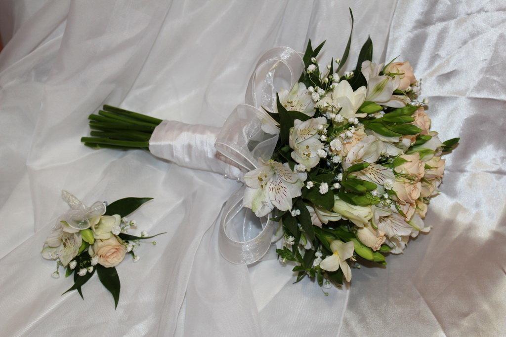 Букет невесты из белых альстромерии и розы, для
