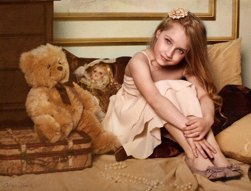 Кукла, мишка и девочка.