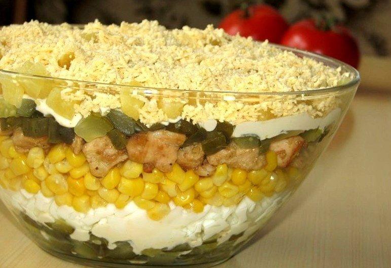 Салат с жареной курицей и кукурузой
