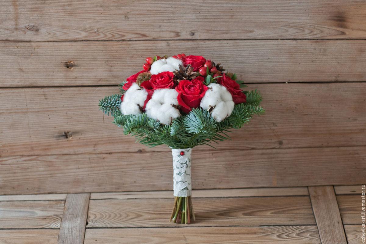 Свадебный букет с красными розами и хлопком
