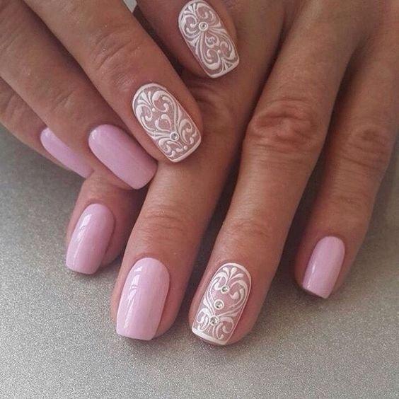 Розовый маникюр с белым дизайном