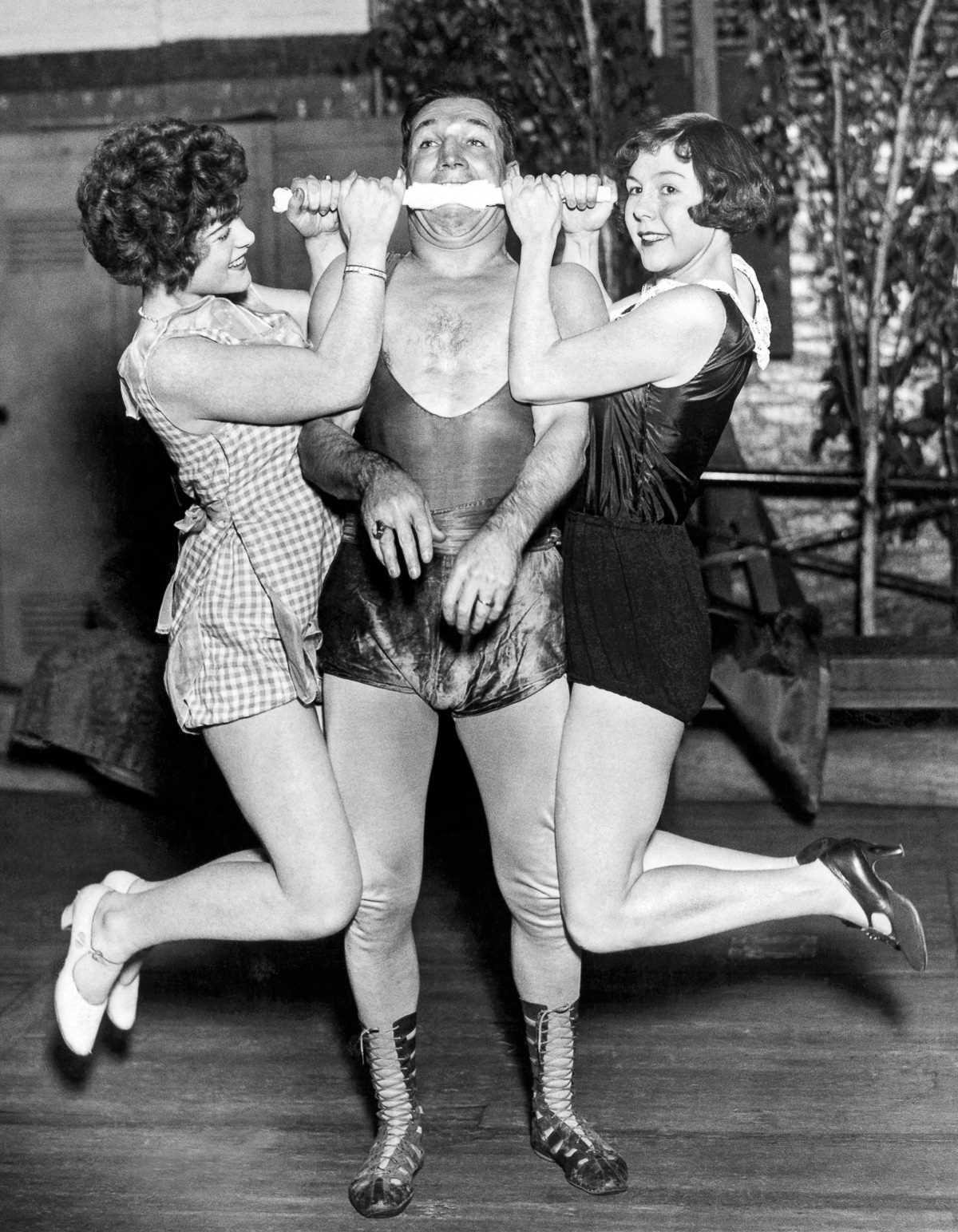 лучше использовать фото циркачей прошлого века идеале для оформления