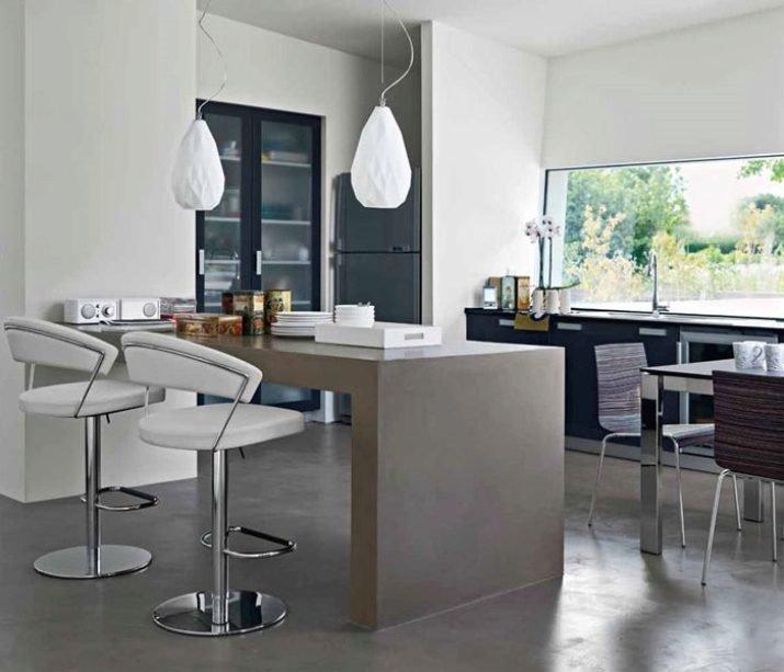Белые барные стулья - особенность кухни