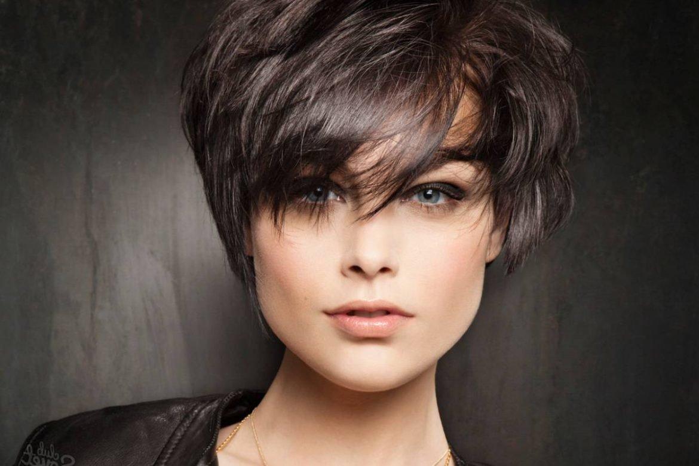Давайте же узнаем и ознакомимся поближе с трендовыми видами стрижки на короткие волосы в сезоне года, фото луки которых вы имеете возможность просмотреть в галерее.