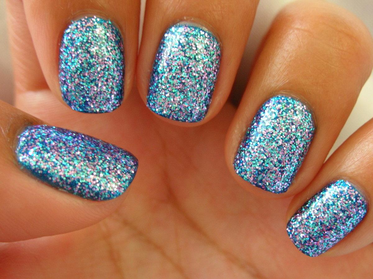 Модные тенденции, новинки: золотые, серебряные и голографические элементы на ногтях.