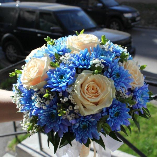 Свадебный букет из белых и алой роз с синих хризантем, бани как правят