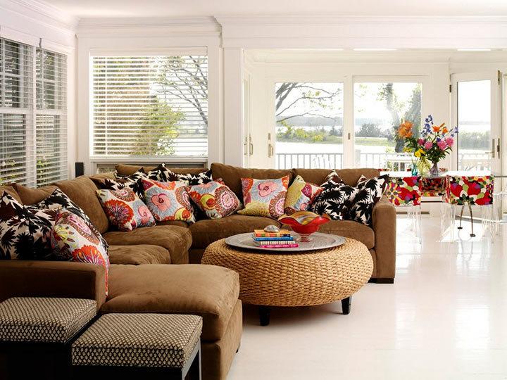 Гостиная в стиле минималистического кантри. Подушки с ботаническими принтами придают яркость и изюминку этому интерьеру.