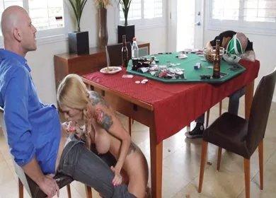 muzh-pod-stolom-a-drug-s-ego-zhenoy-drug-i-zhena-porno-onlayn