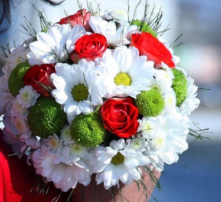 Букет из белых роз и ромашек, цветов