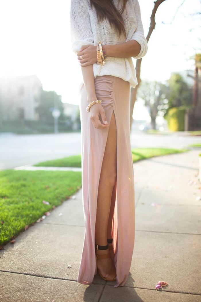 девушка в юбке с разрезом до попы