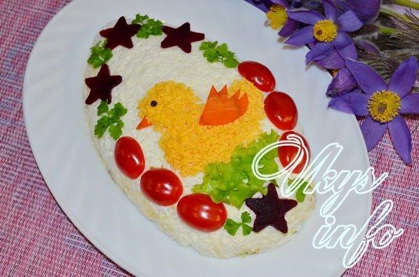 Салат «Пасхальный цыпленок» выполняется слоями, каждый из которых промазывается майонезом, и выкладывается в форме яйца на овальном блюде.