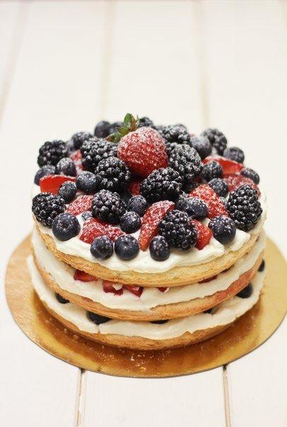 Торт ванильный с клубникой и голубикой