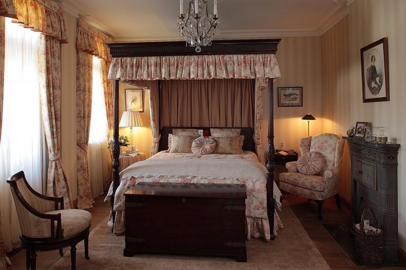 В спальне английский стиль.