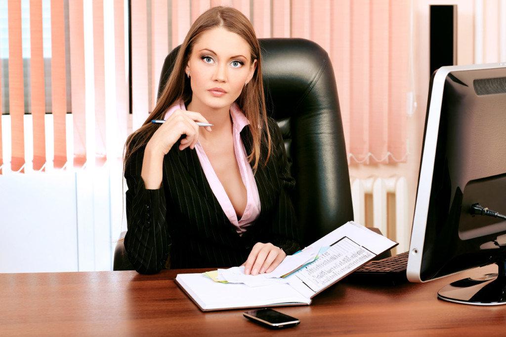 Офис менеджер отдается шефу старой женнщиной