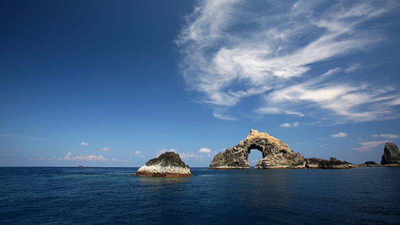 Рифы и скалы среди моря