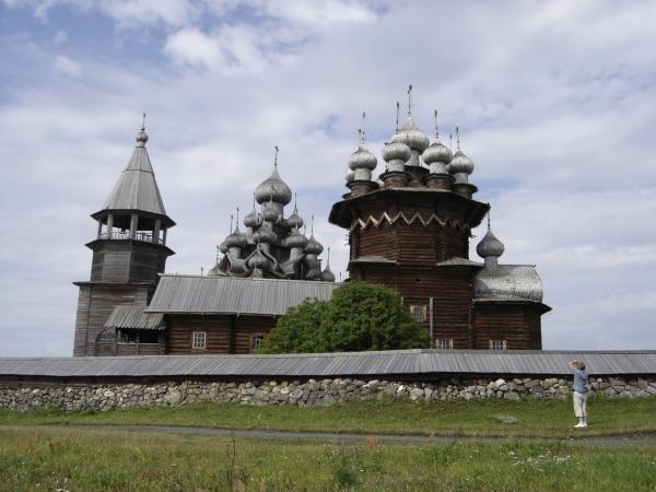 Кижи — остров на Онежском озере в Карелии, на котором расположен всемирно известный архитектурный ансамбль Кижского погоста, состоящий из двух церквей и колокольни