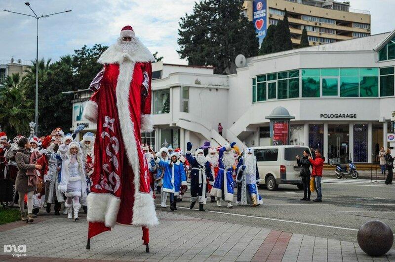 Необычный Дед Мороз на открытии главной новогоднее ели в Сочи в 2012 году.