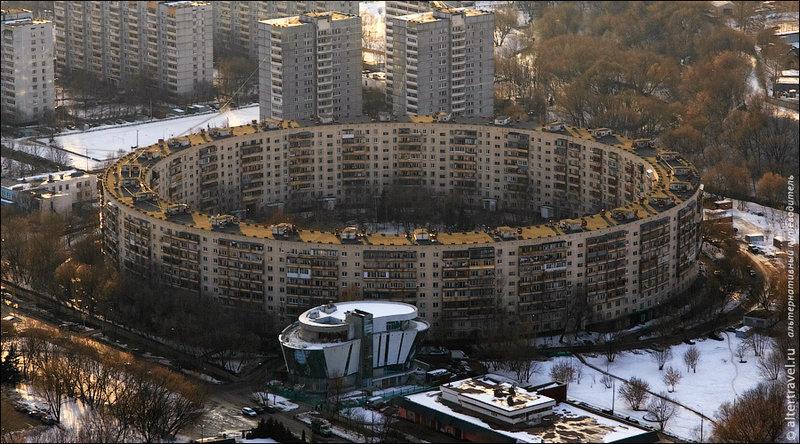 «Дом-кольцо» в жилом районе Матвеевское, Москва. Архитектор — Евгений Стамо, 1973 год. Во дворе этого дома — зеленая зона с детской площадкой.