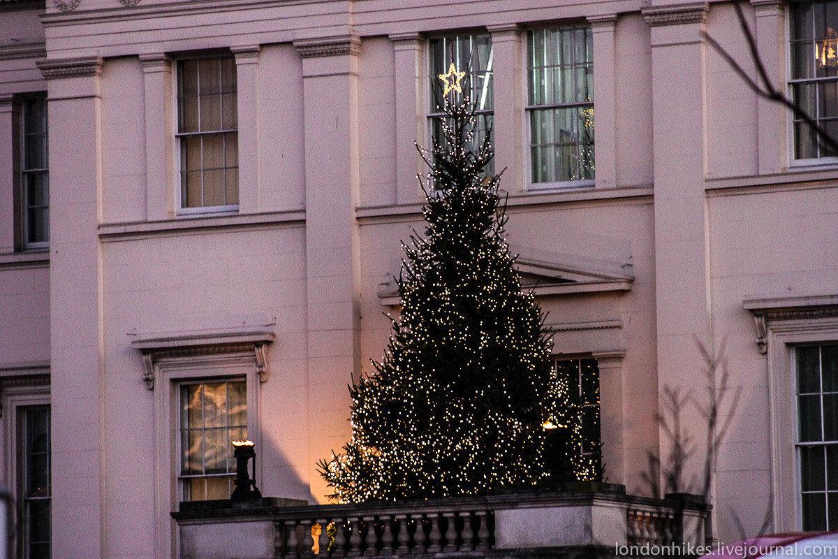 В лондоне на новый год ёлки можно встретить прямо на балкона.