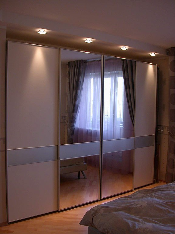 Шкаф в спальню с подсветкой.
