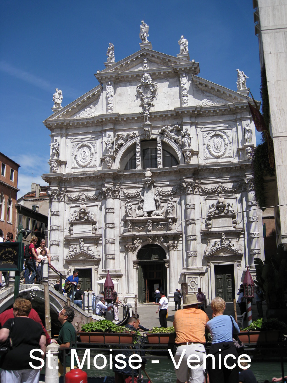 a comparison of differences between italian and french baroque architecture