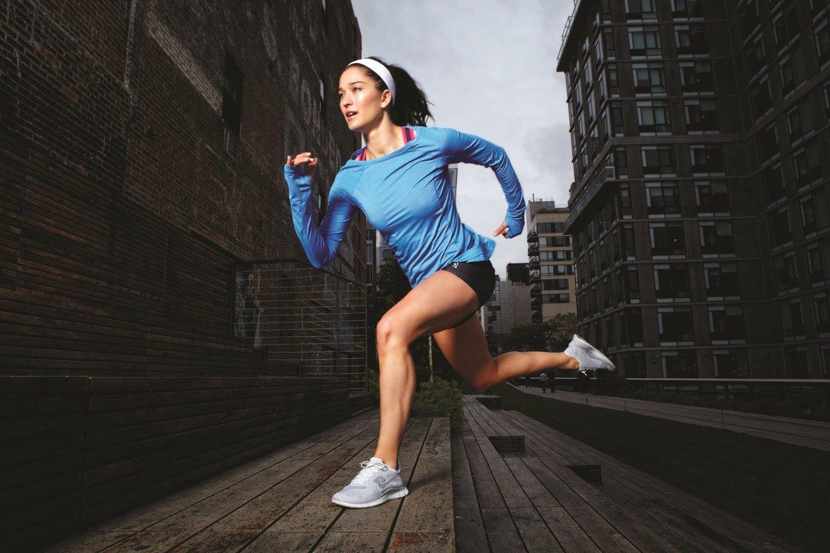 Смешная картинка девушка бежит
