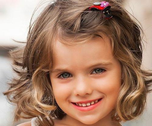 Начиная с 5-6 лет, хорошим вариантом может стать и детская стрижка для девочки боб. Особенно удачно она будет смотреться на малышках с волнистыми волосиками.-