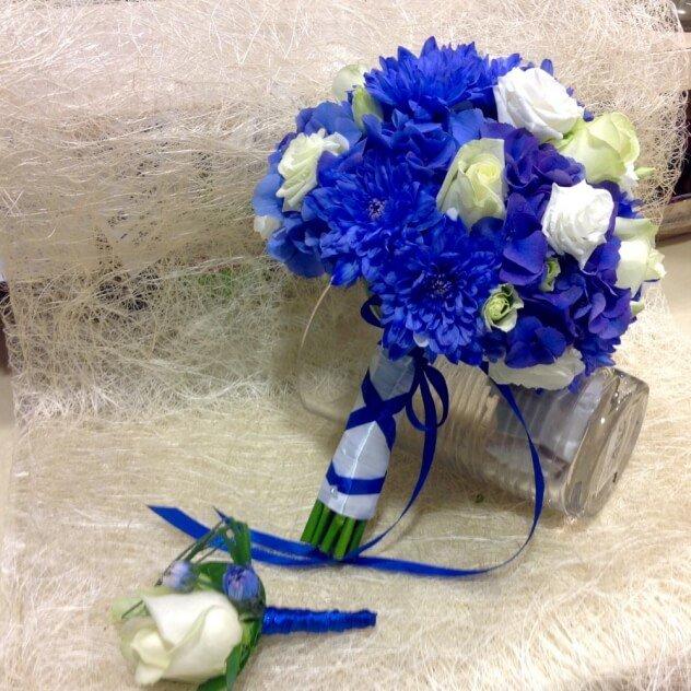 Цветы, свадебный букет из белых и алой роз с синих хризантем