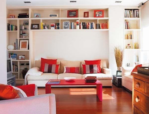 """Полки для книг и фото в рамках в красно-белой гостиной"""" - ка."""