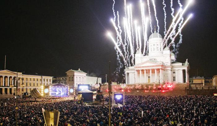 Ожидание Рождества и его празднование начинаются в Хельсинки в конце ноября с традиционного открытия рождественского сезона на улице Алексантеринкату…