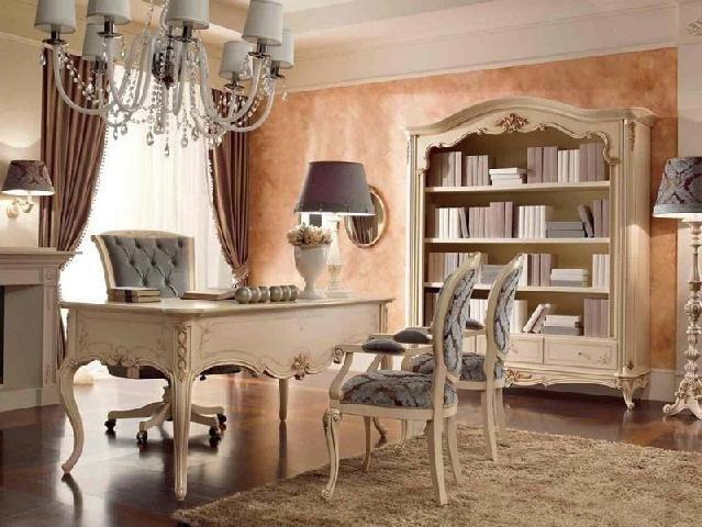 Кабинет в классическом стиле может быть выполнен в направлении барокко